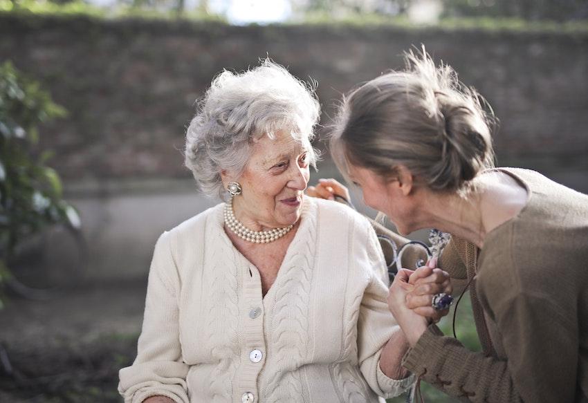 おばあちゃんと手を繋ぐ